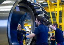 SKF-workers-assembling-the-bearing-for-Las-Vegas-High-Roller-High[1]